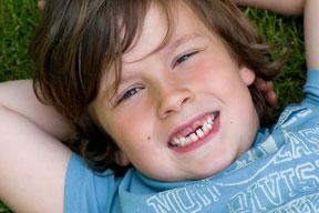 Durch regelmäßige Prophylaxe bleiben Zähne Iherer Kinder lebenlang gesund (© proDente e.V.)