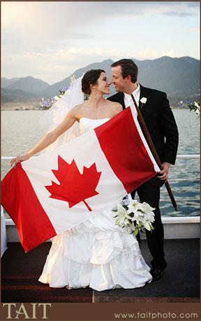Brautpaar mit kanadischer Flagge