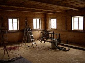 Im Bild zu sehen: die Blockstube während der Restauration. 9 Monate hat es gedauert den Glanz alter Zeiten wieder hervor zu holen, doch jetzt habe ich eines der schönsten Ateliers.