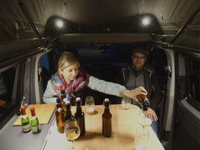 Zufriedene Kunden in ihrem neuen VW T6 Campingbus