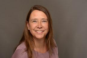 Bild von Frau Hilke Marten mittelblondes langes Haar blaue Augen freundlich lächelnd im Hintergrund ist grüne Wiese zu sehen