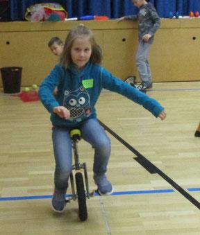 Mädchen fährt Einrad.