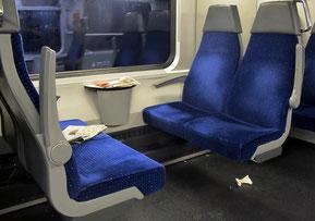 Zug, Abteil. liegengelassene Zeitungen