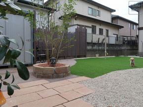 イタウバ、コンクリート平板、固まる土、人工芝、雑草防止シート(ザバーン240)、伊勢砂利、シェードポール、施工例