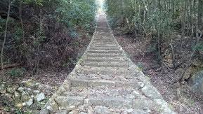 神社に上がる300段の石段