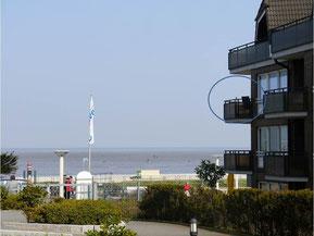Bild: Die Ferienwohnung von von der Seite Fotagrafiert, lässt den fantastischen Meerblick bereits erkennen!