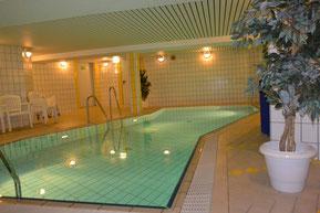 Bild: Schwimmbad mit Stühlen und Liegen