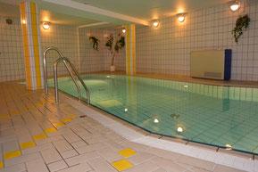 Bild: Schwimmbad mit Gegenstromanlage in der Residenz Meeresbrandung