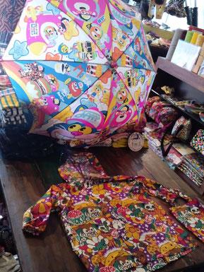 ジャムの傘とグラグラのレインコートよ。
