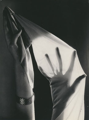 Untitled (Rogo-stockings) ca. 1935 gelatin silver print (ca. 1935) 22,9 x 17,1 (23,1 x 17,3) © Hein Gorny ─ Collection Regard