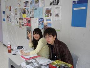 受付をする初代代表と諸澄さん