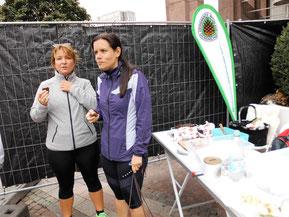 Steffi und Katja stärken sich vor dem Lauf mit Schoko-Kuchen