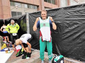 """Vorbereitungen zum Start in der """"Viermärker Umkleidekabine"""" zum Lauf in nostalgischer Vereinskleidung"""