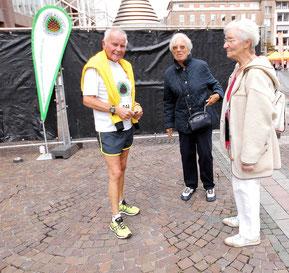 Die ehemaligen Aktiven Elisabeth und Helga wünschen Paul viel Erfolg.