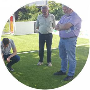 Besonderes Interesse gilt dem neu verlegten Rasen des Soccerfeldes