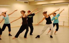 Kvinnor dansar och poserar