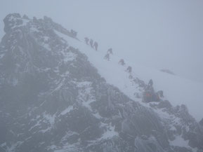 奥穂高岳へ登る登山者たち
