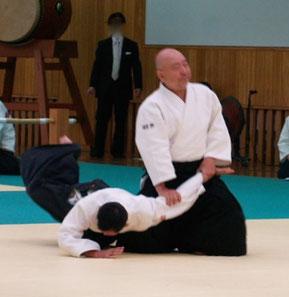 正面打ち一教裏⑤左半身陰の魄氣の軸足(右足)から膝を着いて右手足腰を地に結んで正座へ。