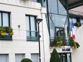 10月下旬から11月中旬迄、フランス中の市庁舎は菊で飾られる。