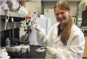海洋生物学者ナタリー・ラウスはアラスカシーライフセンターでバクテリアの研究を行っている。(Jennifer Dushane Garner)