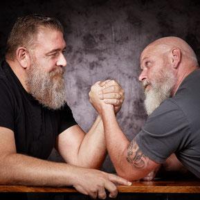 Männer beim Armdrücken, (c) ©Karin & Uwe Annas - stock.adobe.com