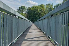 enge Fußgängerbrücke mit Geländer, (c) Pixabay-Lizenz 2019, Fotograf  RoyBuri