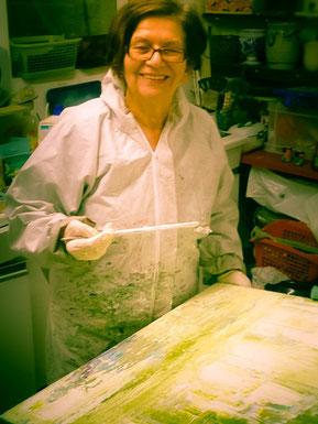 Marianne Karis in ihrer Malwerkstatt in Schwalmtal am Niederrhein