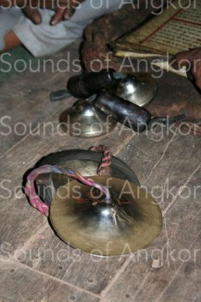 Épaisses cymbalettes et fines cymbales accompagnent simultanément les chants du bhajan. Bhaktapur, Népal.