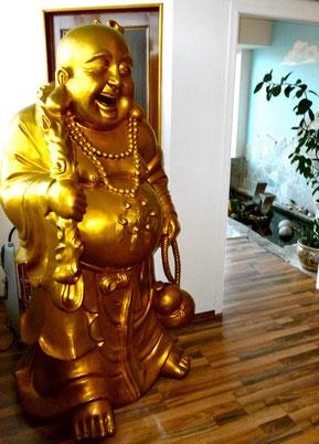 Unser Buddha empfängt Sie bei uns im Vina Pearl! Streicheln Sie seinen Bauch und das Glück wird nicht mehr von Ihrer Seite weichen