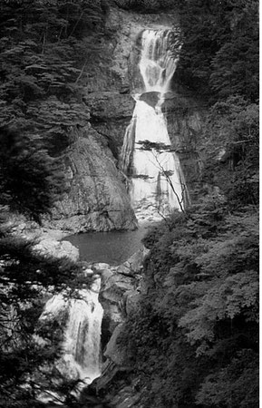 50年前も今も同じ美しい姿の七ツ釜滝