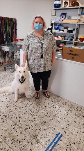 Spenderin in der Tiertafel mit weißem Schäferhund