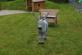 Der Esel mit seinem Wägeli auf dem Spielplatz Wasen