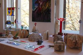 Agnes' Tisch mit Glasobjekten und Buchfaltungen
