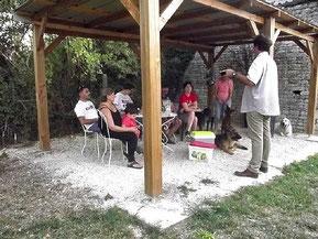Une séance collective de coaching canin sur le terrain de coach canin 16 educateur canin angouleme