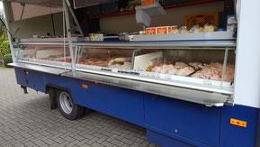 Eine Verkaufstheke mit Fleisch & Wurstwaren, Geflügel, saisonale Produkte, Milchprodukte, Aufstriche und TK Ware.