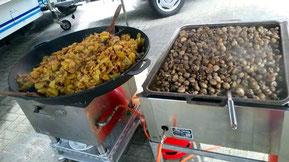 In einer Gusspfanne werden Bratkartoffeln und in einer Edelstahlpfanne Champignons nach Omas Rezept zubereitet.