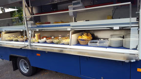 Ein gekühltes Salatbuffet aus hausgemachten Salaten in einem Verkaufstresen.