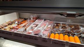 Verkaufstheke mit Fleisch und Wurstwaren sowie hausgemachten Spezialitäten.