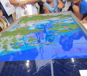 津波浸水のジオラマでは子供も大人も真剣に見入っていました。