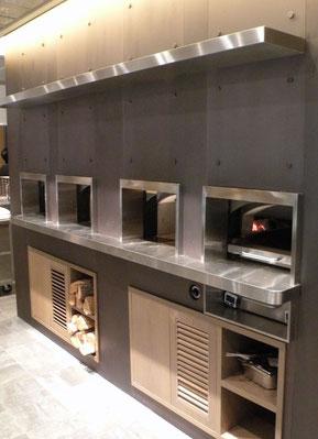 オープンキッチン周辺と同材パネルを採用