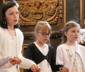 Les communiants, très recueillis dans le chœur, récitent le Notre Père