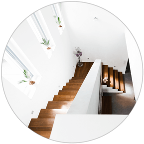 Moderne Holztreppe mit Fenstern und weißen Wänden, geplant vom Architekten