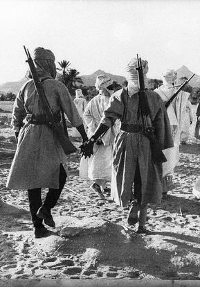 La première photo : entraînement des rebelles Toubous dans les montagnes du Tibesti. 1970