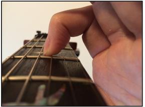 弦の押さえ方 指の角度