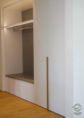 Garderobenschrank mit Schuhschrank u. Massivholz-Eichen-Griff in weiß Hochglanz u. offener Garderobennische mit Kleiderstange in staubgrau mit indirekter Beleuchtung