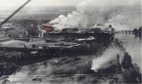 Фото снято 22 июня 1941 г. с немецкого разведовательного самолета. Красным кружочком отмечены ворота и казармы 455 сп. Все в дыму и пыли. Крепость горит. Это не последний артобстрел крепости.