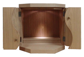 小型仏壇MAGATAMAタモは、タモの一枚板を使用したお仏壇です。