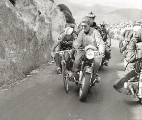 Poupou est parti: un motard le déséquilibre.