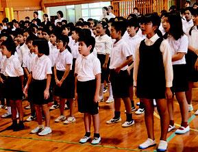 2学期の始業式が行われ、校歌斉唱する児童たち=3日朝、石垣小学校体育館