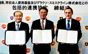 協定書に署名した、右からグラソン・スミスクラインのフィリップ・フォシェ会長、翁長知事、慶應義塾の青山藤詞郎常任理事=7日、県庁